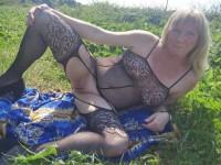 Vieille blonde chaude en tenue sexy s'exhibe sans complexe