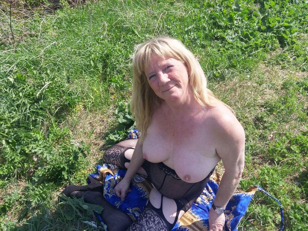 vieille blonde amatrice exhibe (110)
