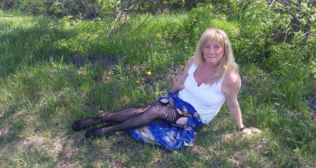 vieille blonde amatrice exhibe (114)