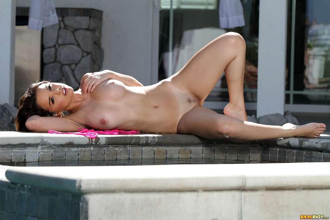 bombasse gros seins bikini nue (137)