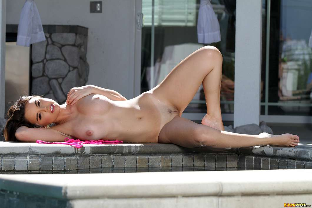 bombasse gros seins bikini nue (138)