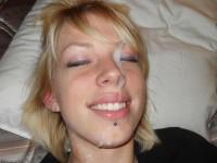 Après la fellation, la blondinette se fait spermer le visage !