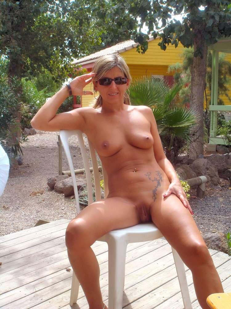 fille nue topless plage bikini (6)