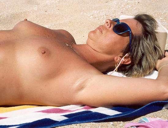 fille nue topless plage bikini (8)