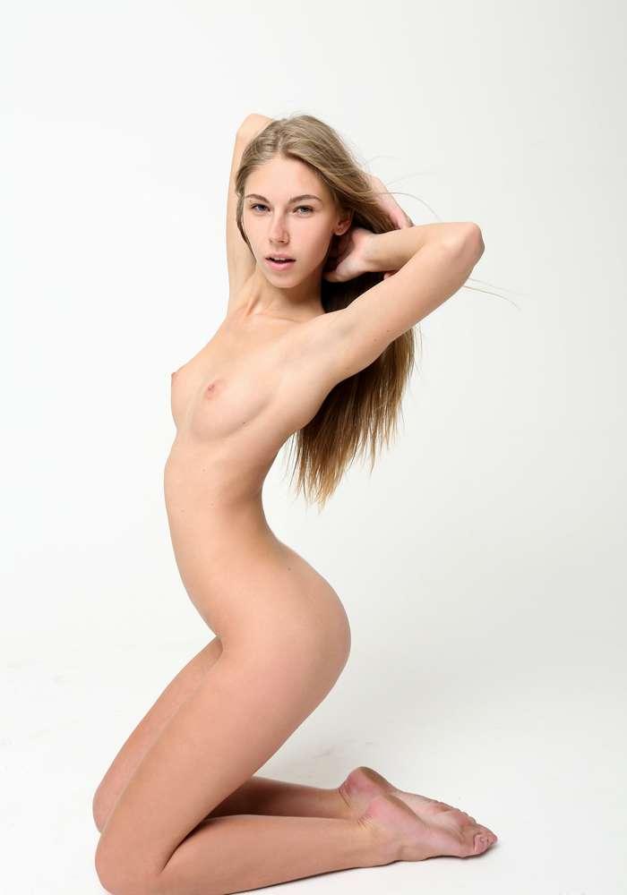 jeune salope bonasse nue (1)