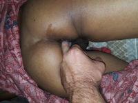 Jouer avec l'anus de ma femme indienne