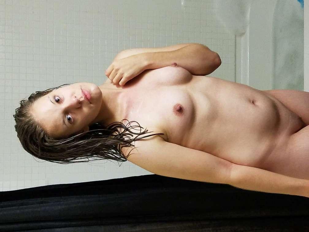 amatrice-brune-nue-bain-110