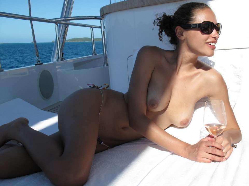 bombasse black topless bateau nue (100)