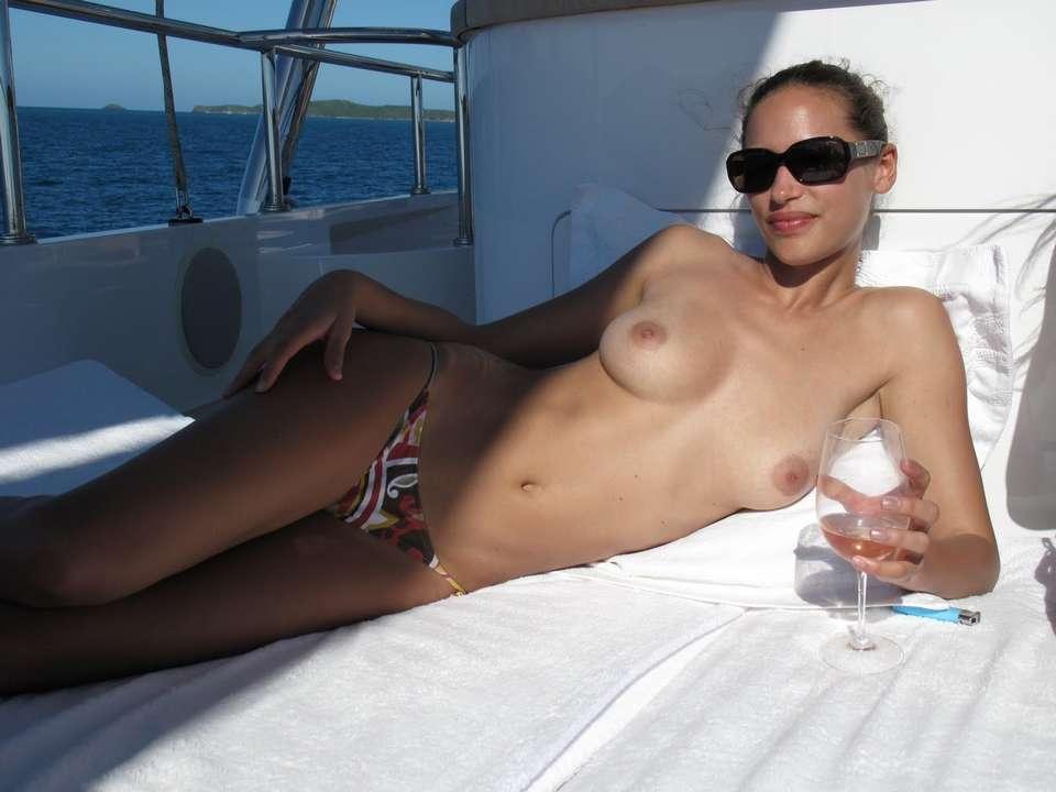 bombasse black topless bateau nue (101)