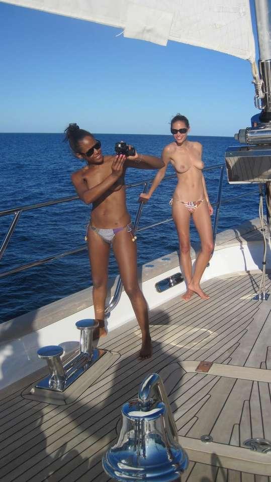 bombasse black topless bateau nue (103)