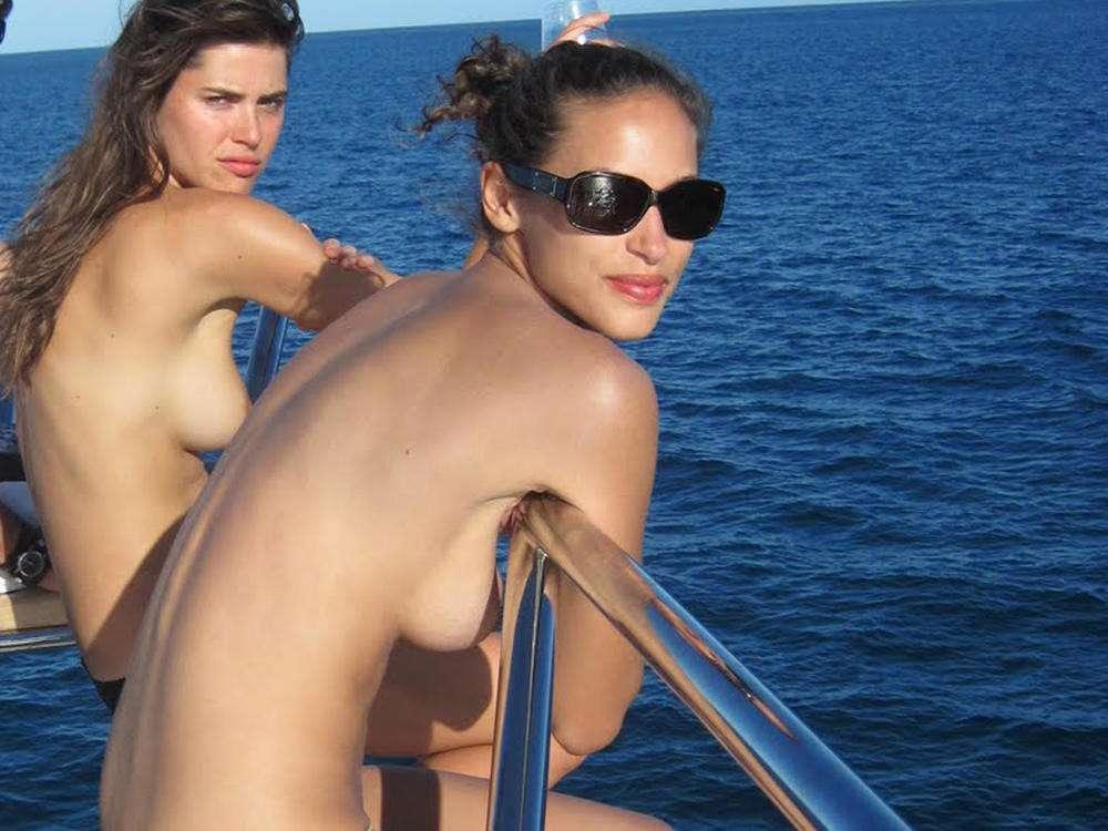 bombasse black topless bateau nue (110)