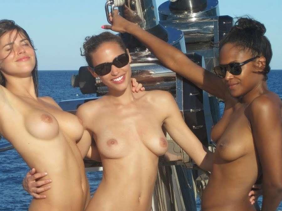 bombasse black topless bateau nue (115)
