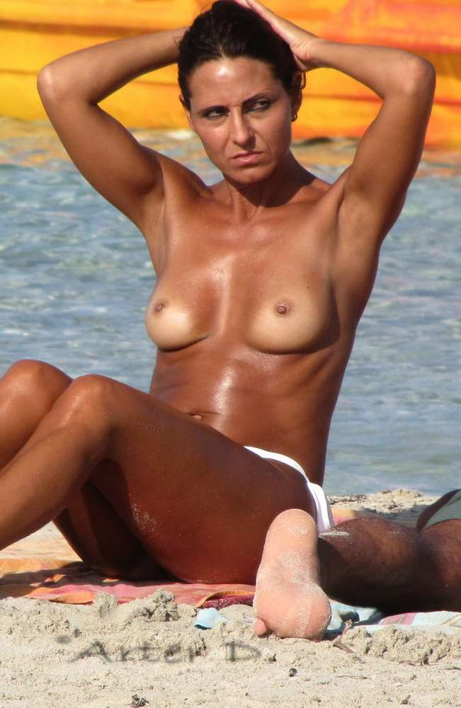 amatrice-seins-nus-plage-topless-15