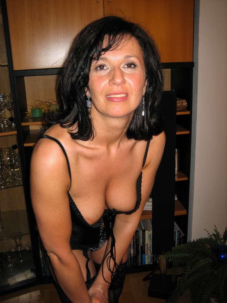 mature-brune-gros-seins-nue-30