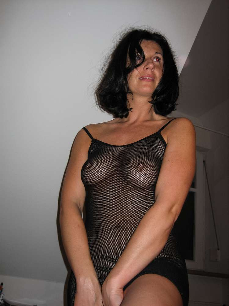 mature-brune-gros-seins-nue-6