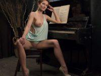 Une MILF rousse aux gros seins parfait en tant que modèle photos !